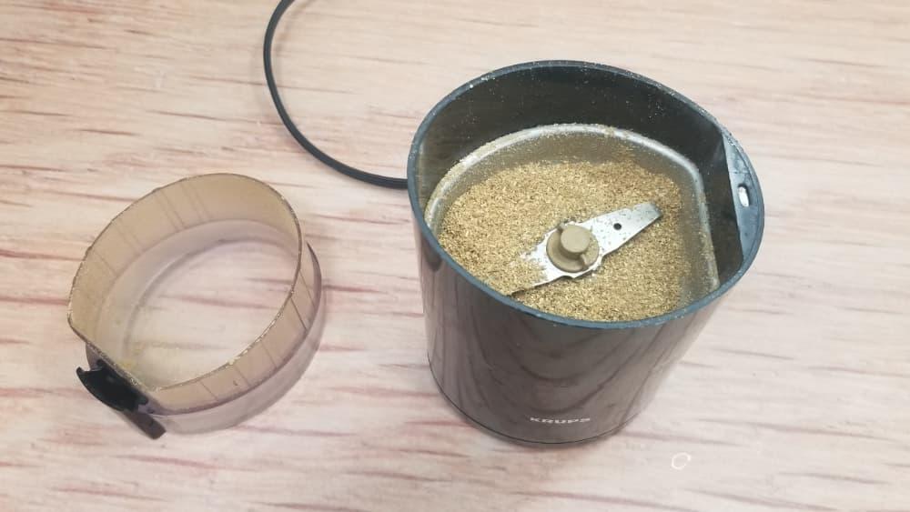 coriander seeds powder in grinder